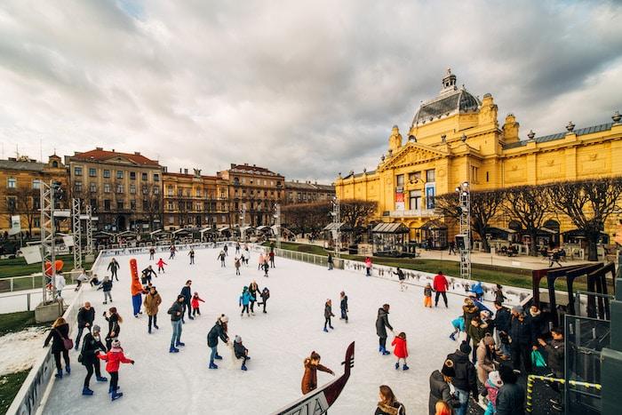 Pista de hielo en Zagreb, Croacia, en Navidad