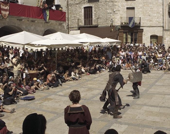 pueblo medieval Besalú en Girona con niños