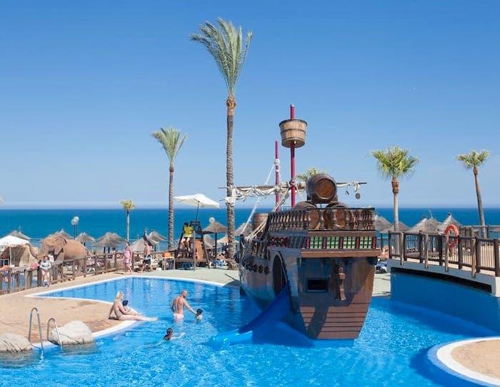 hotel con piscina barco pirata en Málaga