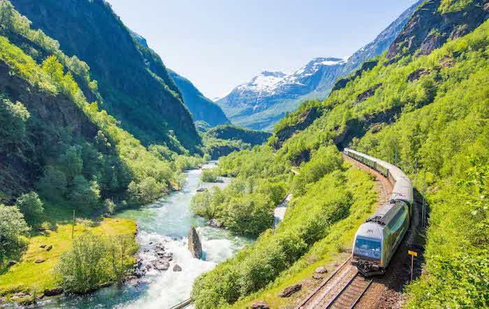 Oeste de Noruega con niños en tren